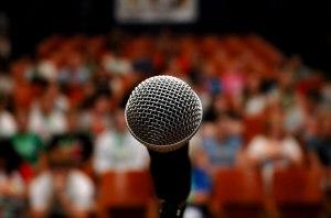 Microfono frente a audiencia